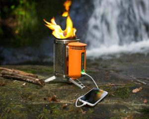 Biolite Campingkocher und USB Ladegerät beim Camping