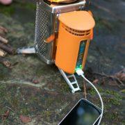 Biolite Campingkocher und USB Ladegerät beim Aufladen