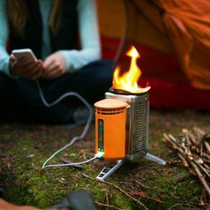 Biolite Campingkocher und USB Ladegerät beim Laden