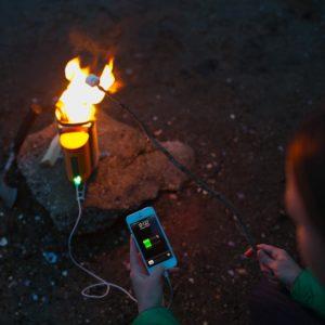 Biolite Campingkocher und USB Ladegerät beim Laden von Smartphone